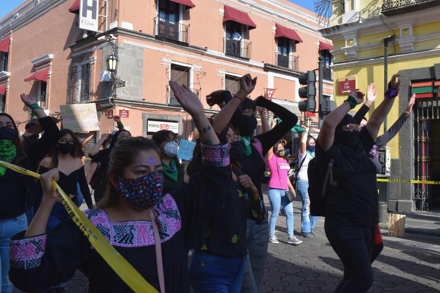 Mujeres marchan al Congreso para apoyar la toma feminista